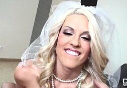 Loira depois do casamento no boquete porno com seu marido
