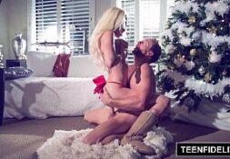 Telecinepiroca – Loira linda no natal dando sua buceta de presente para o namorado